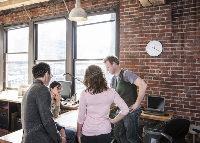Gemischte Abstammung Gruppe von Menschen treffen, um ein Thema in einem kreativen Büro Brainstorming.