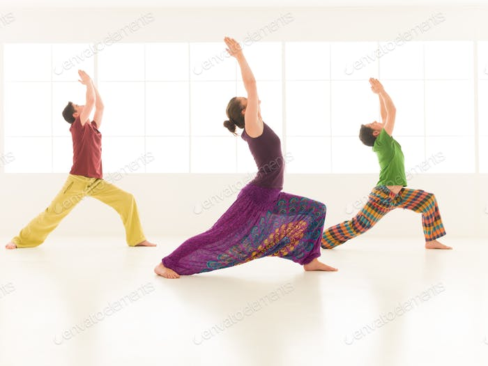 Gruppe Yoga virabhadrasana
