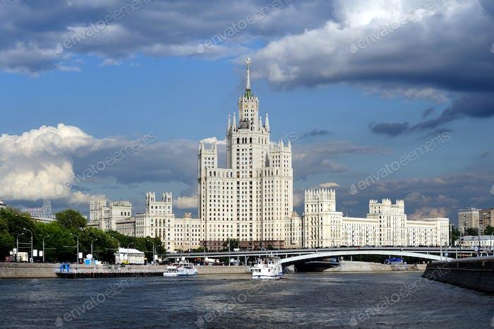 Moskauer Wolkenkratzer, Blick vom Moskau-Fluss