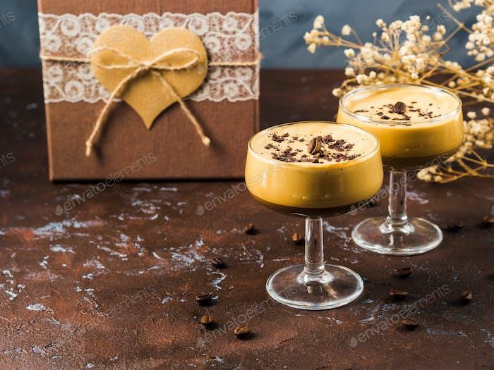 Frappe Kaffee in Dessertgläsern mit Geschenkbox