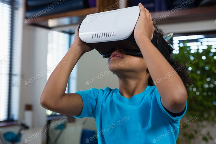 Mädchen mit Virtual Reality Headset