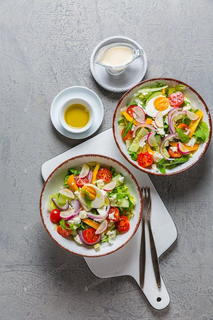 Gesunder gemischter Salat mit Rucola, Ei, Zwiebel, Feta-Käse und Rettich