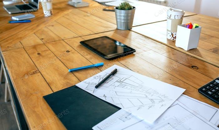 Lugar de trabajo de un arquitecto con planos y bocetos