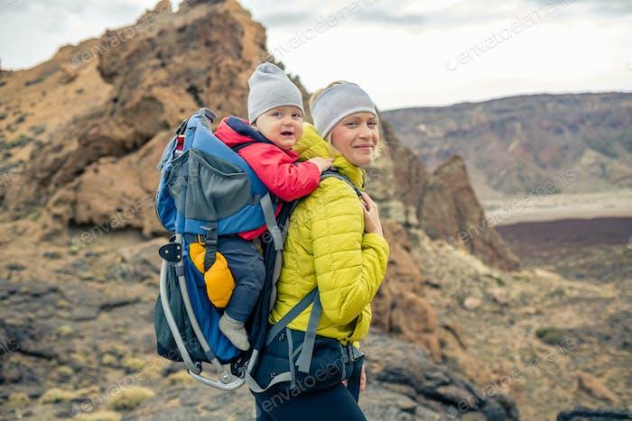 Familienwanderung, Mutter mit Baby im Rucksack
