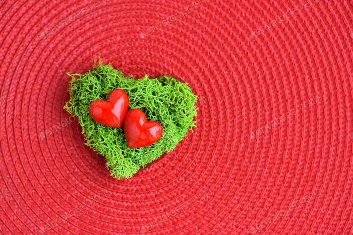 Valentinstag Hintergrund mit Herzen. Herzen in grünem Moos auf r