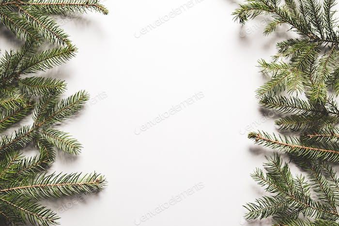 Weihnachtsbaumzweige Umrandung über weißem Hintergrund