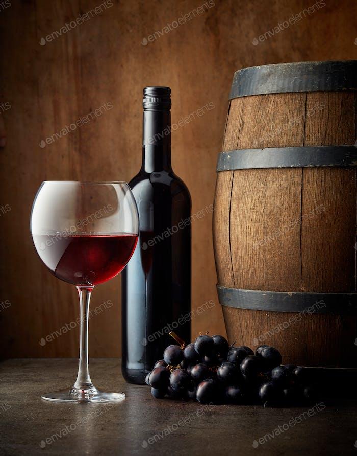 Glas und Flasche Rotwein