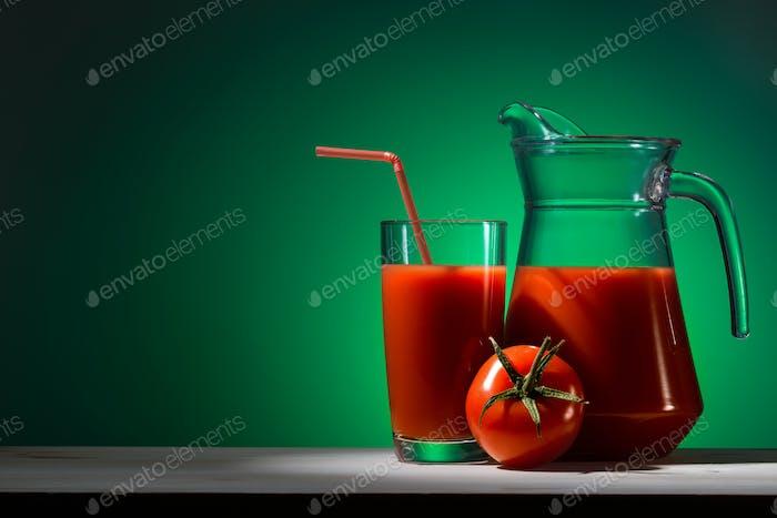 Tomatensaft in einem Glas und Krug