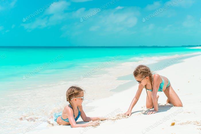 Kinder haben viel Spaß am tropischen Strand zusammen spielen