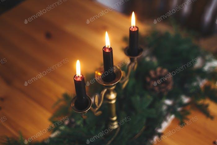Stilvolles rustikales Weihnachtsarrangement für festliches Abendessen