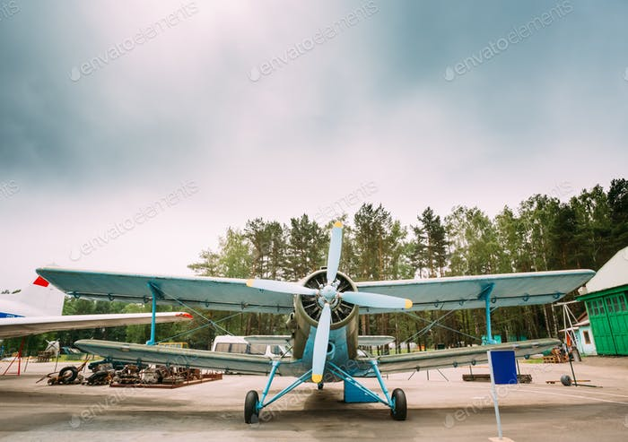 Alte sowjetische Flugzeug Paradropper Flugzeug