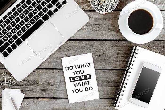 Draufsicht von Tun, was Sie lieben und lieben, was Sie tun motivierende Zitat auf modernen Arbeitsplatz mit