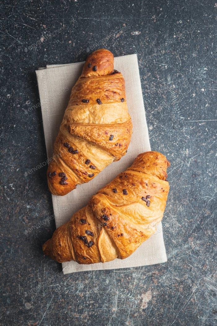 Croissants mit Schokoladenkrümeln