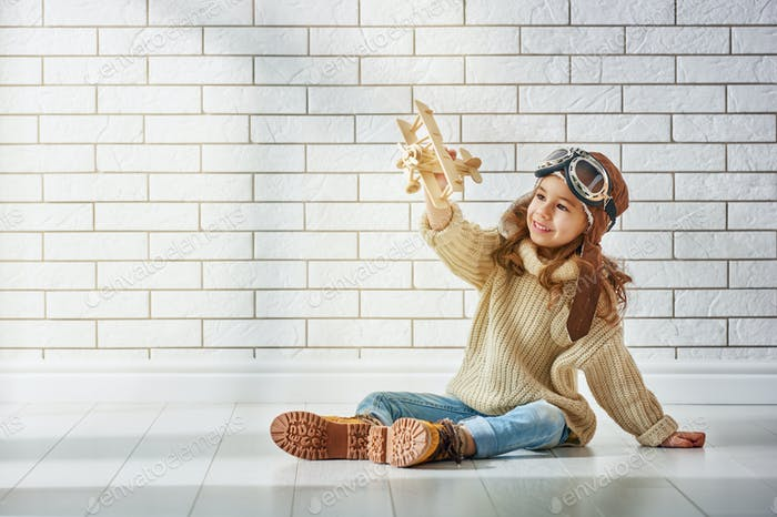 Mädchen spielen mit Spielzeug Flugzeug