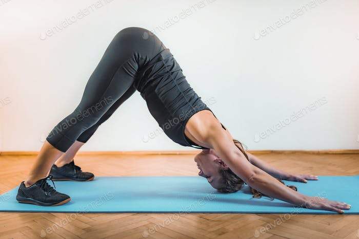 Frau Stretching Drinnen nach High Intensity Intervall-Training