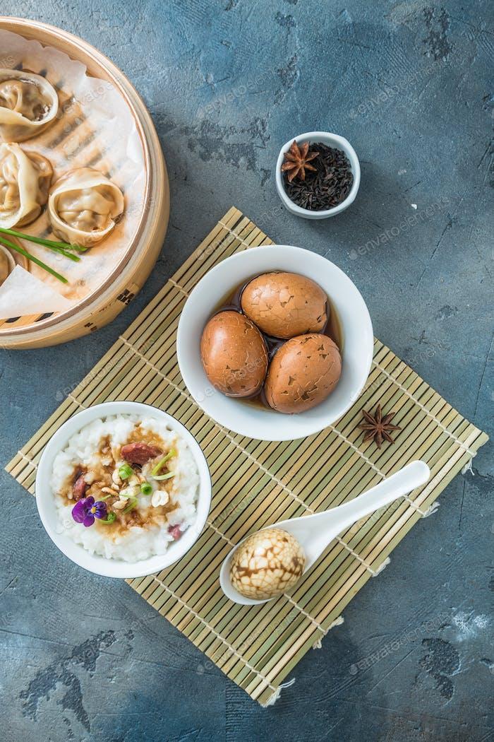 Chinesisches Frühstück mit Reisporrige, Teeeier und Dim Sum
