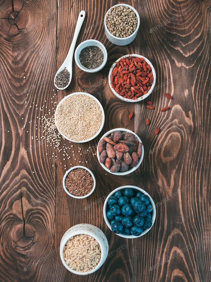 Verschiedene Superfoods in kleiner Schüssel