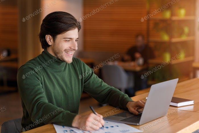 Unternehmer Überprüfung auf Marketing-Berichte online, Café-Interieur
