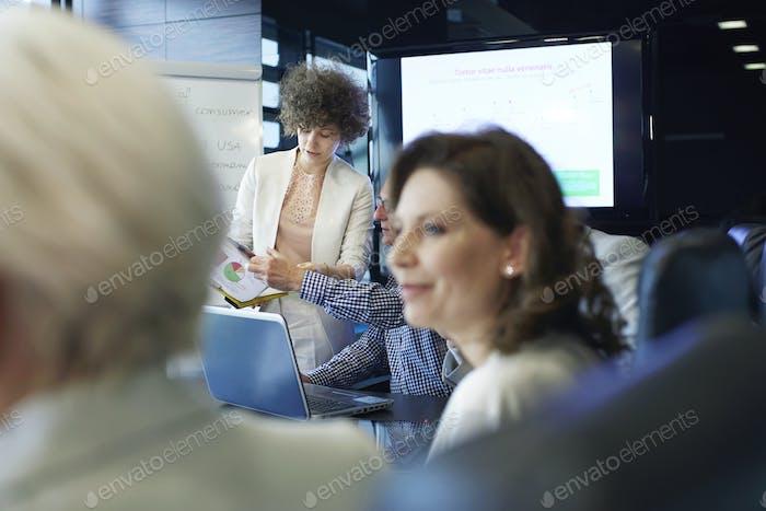 Geschäftsfrau mit Beratung mit Team