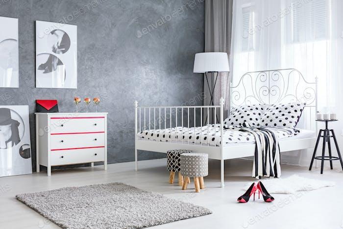 Geräumiges stilvolles Schlafzimmer für Frauen