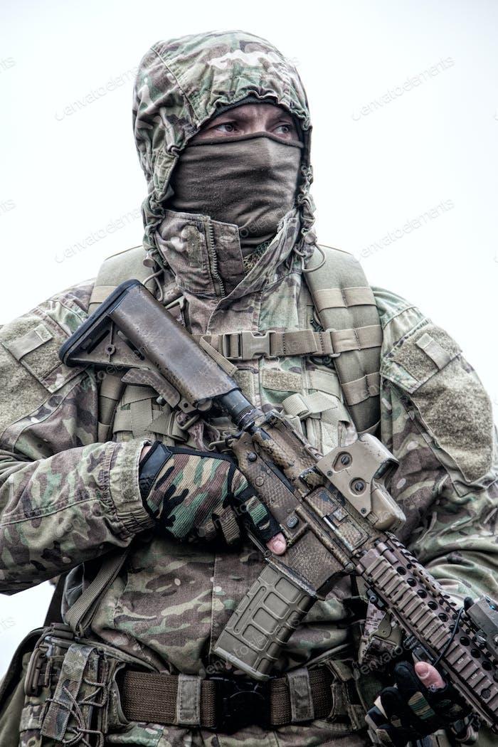 Porträt des modernen Armee-Infanteristen auf März
