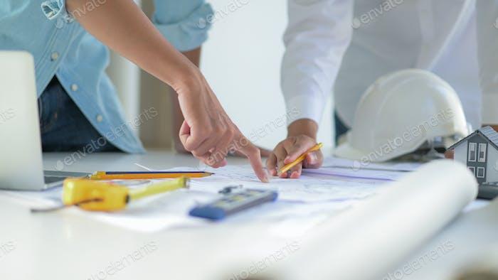 Ingenieure und Architekten entwerfen und planen den Bau von neuen Projektgebäuden.