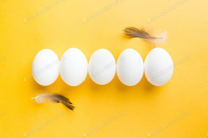 Weißes Ei auf dem gelben
