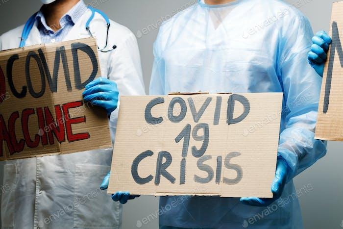 cartel de crisis de Covid-19 en manos de manifestante