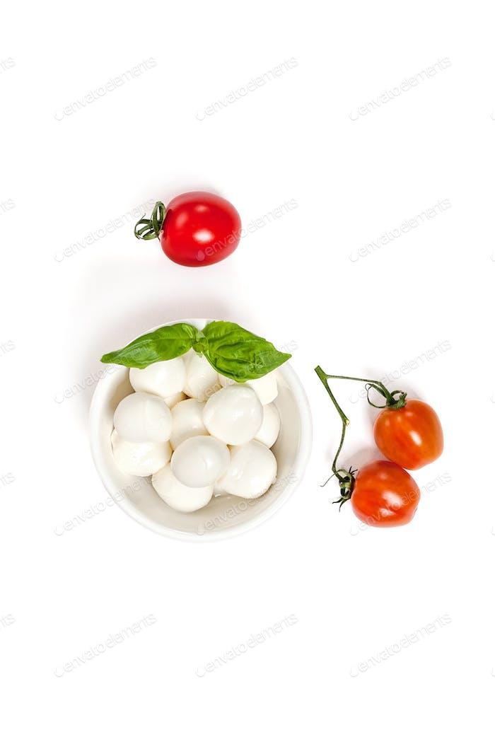Reife Kirschtomaten und Mozzarella-Käse auf sauberem weißen Rücken