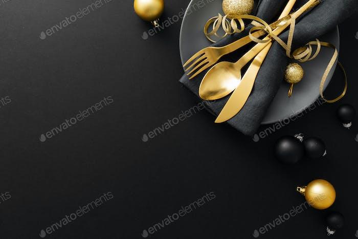 Gold Besteck serviert auf Teller für Weihnachten Abendessen