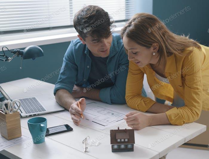Junges Paar arbeiten zusammen an ihrem Hausprojekt