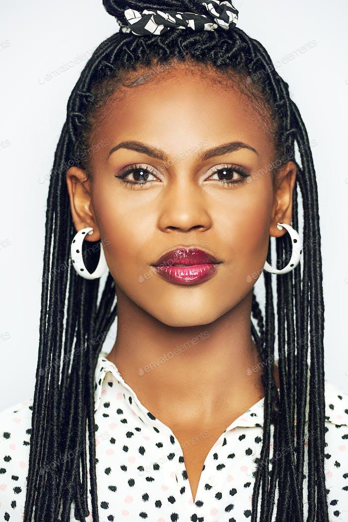 Портрет элегантной черной женщины с традиционной прической
