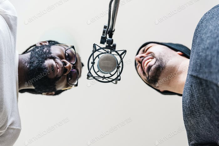 Multirassische Künstler singen im Studio.