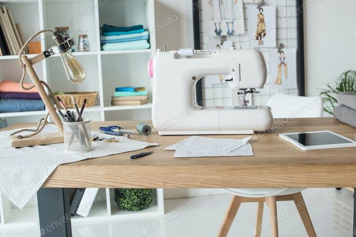 costurera lugar de trabajo con máquina de coser sobre la mesa