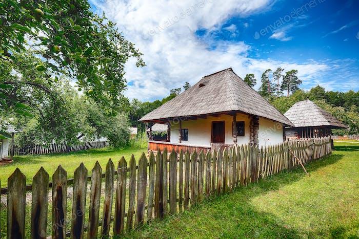 Vista de las casas campesinas rumanas tradicionales en Transilvania, Rumania.