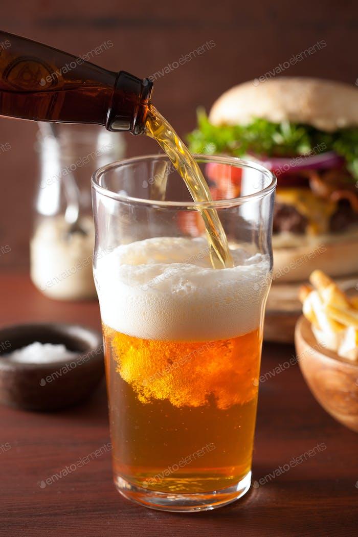 Gießen Indien blasses Bier in Pint Glas und Fast Food