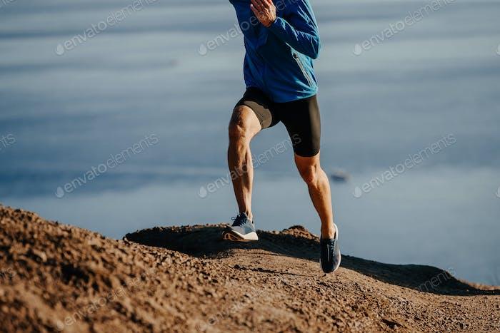 Mann Läufer laufen steilen Berg
