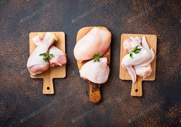 Rohes Hühnerfleisch, Oberschenkel, Flügel und Beine