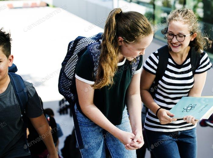 Studierende gehen und miteinander reden
