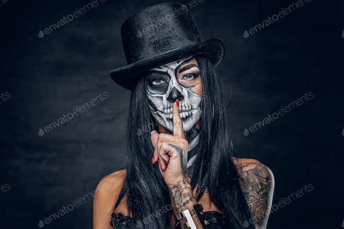 Eine Frau mit Schädel-Make-up.