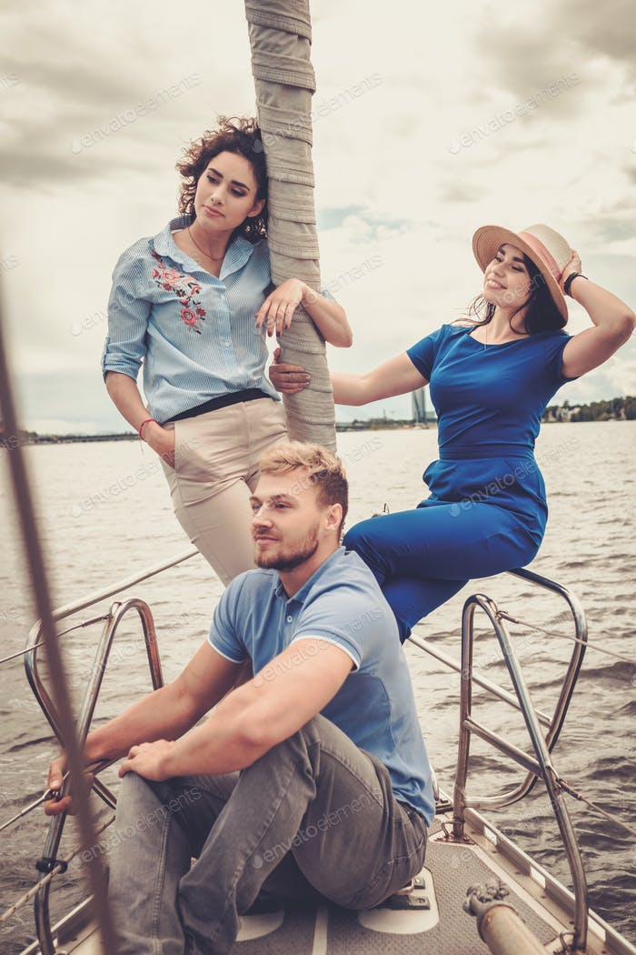 Glückliche Freunde ruhen auf einer Yacht