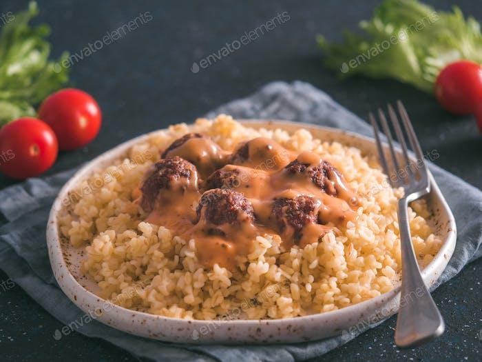 Bulgur und Fleischbällchen in Teller