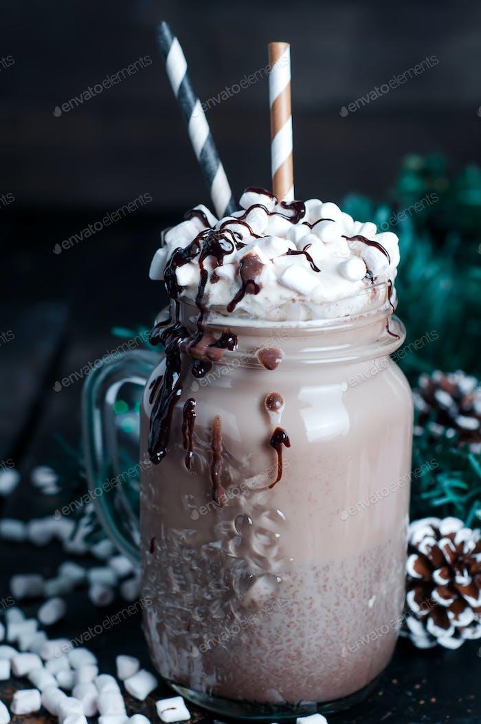 Frapuccino mit Schlagsahne und Schokoladensirup