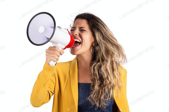 Frau schreit auf einem Megafon.