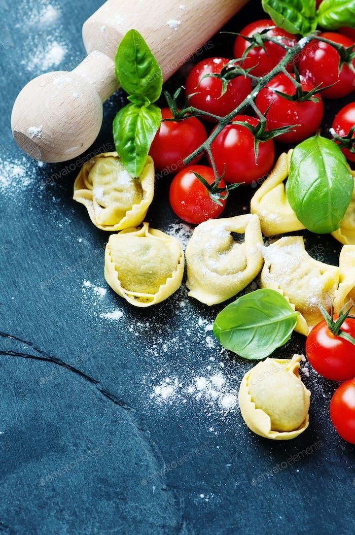Traditionelle italienische Tortellini auf dem Tisch