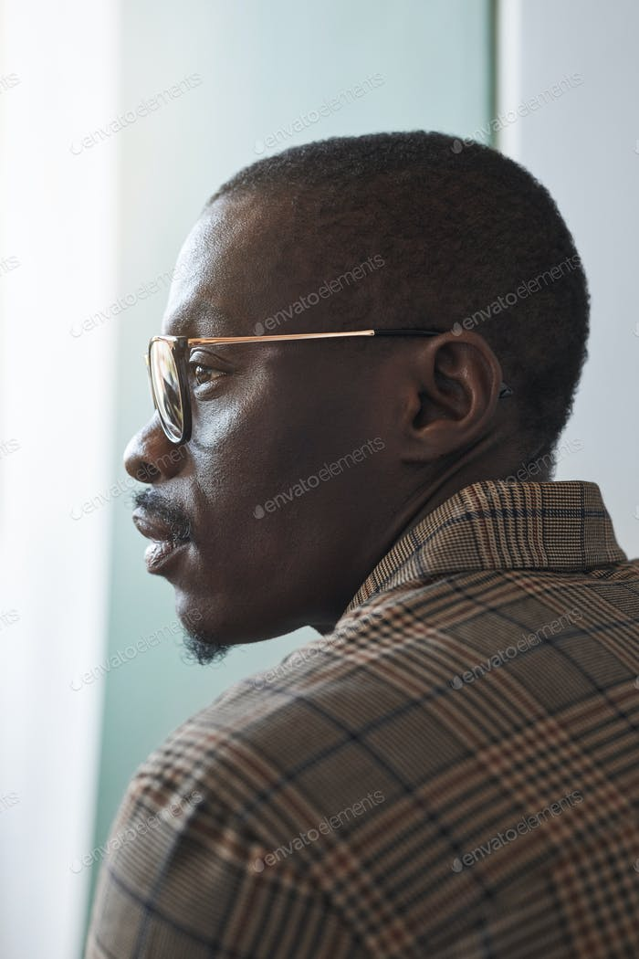 Afroamerikanischer Geschäftsmann Seitenansicht
