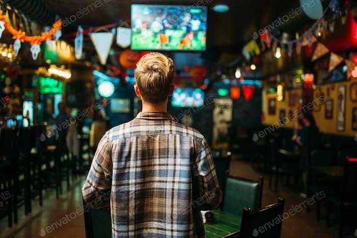 Fußballfan beobachten das Spiel in der Sport-Bar