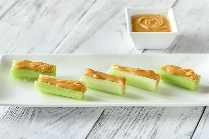 Los tallos de apio con mantequilla de cacahuete