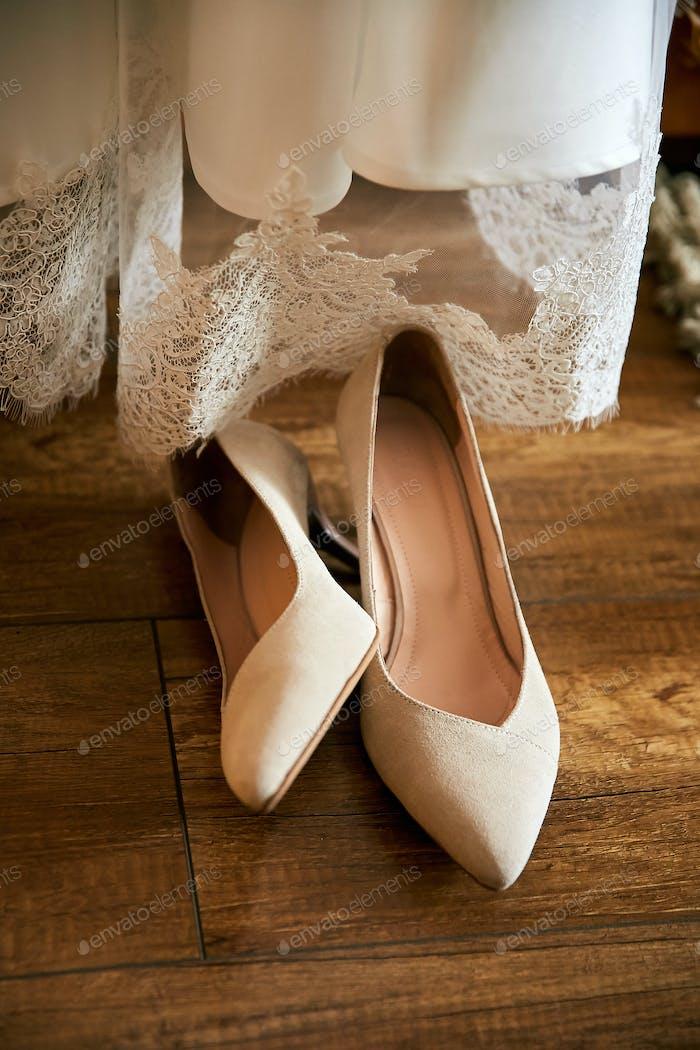 Designer Hochzeit weiße Braut Schuhe in Streifen von Sonnenlicht.