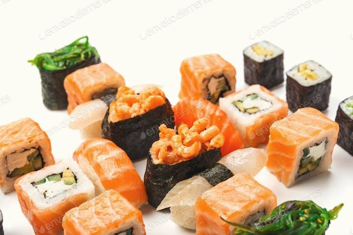 Set von Sushi, Maki und Rollen isoliert auf weißem Hintergrund